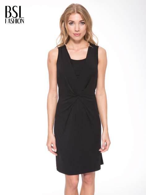 Czarna prosta sukienka z drapowaniem z przodu