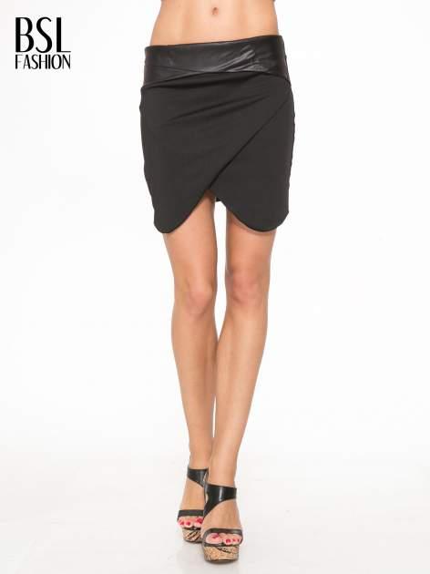 Czarna spódnica kopertowa ze skórzanym pasem