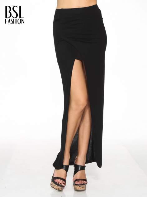 Czarna spódnica maxi z dużym rozcięciem z przodu