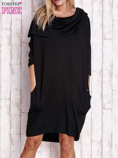 Czarna sukienka oversize z wywijanym kołnierzem