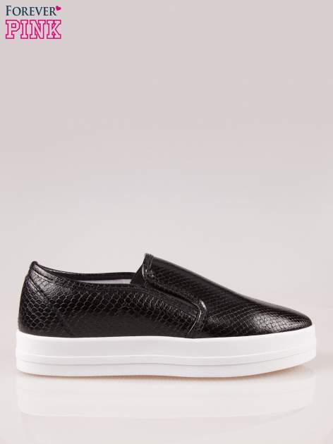 Czarne buty slip on z efektem skóry krokodyla na grubej podeszwie