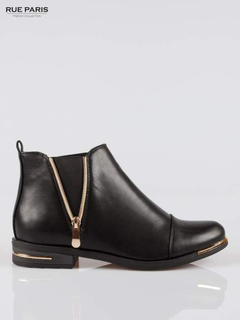 Czarne płaskie botki cap toe ze złotym suwakiem i obcasem