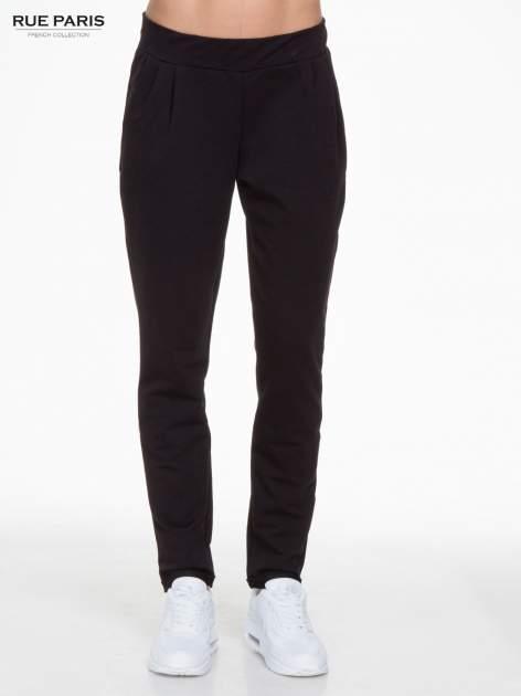 Czarne spodnie dresowe z zakładkami przy kieszeniach