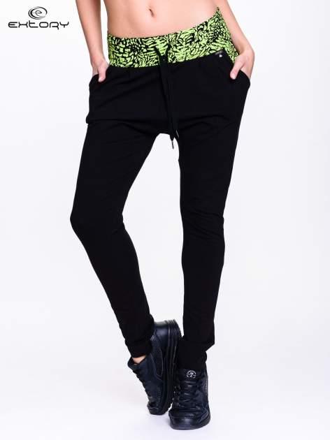 Czarne spodnie dresowe z zielonym pasem w panterkę