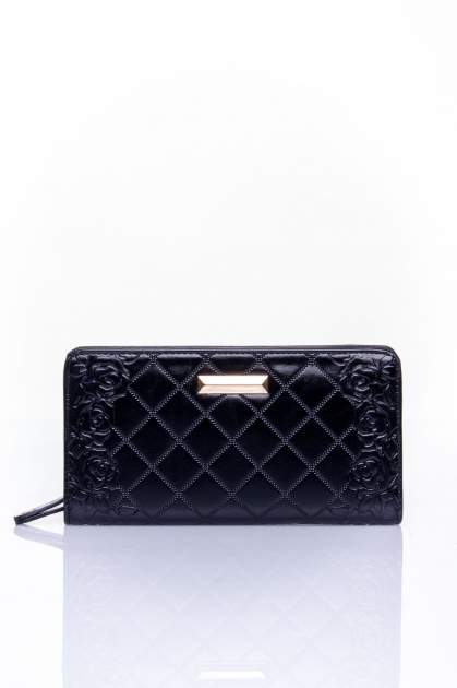 Czarny pikowany portfel z kwiatowym tłoczeniem