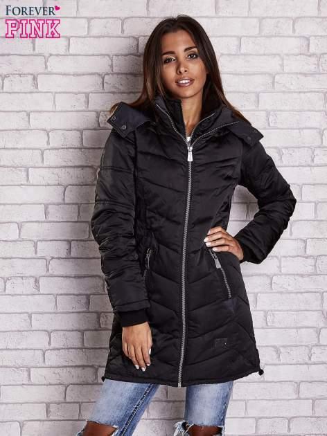 Czarny puchowy płaszcz z polarowym kołnierzem