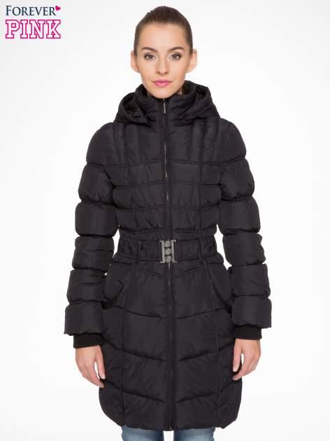 Czarny puchowy płaszcz zapinany na pasek z klamrą
