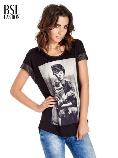 Czarny t-shirt z fotografią w stylu vintage i skórzanymi wstawkami przy rękawach