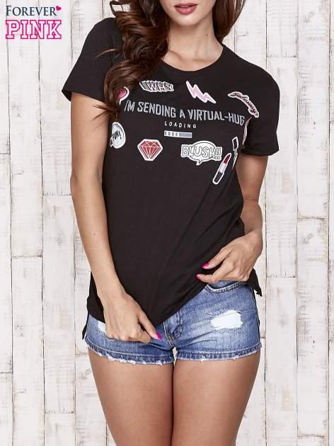Czarny t-shirt z kolorowymi naszywkami i napisem