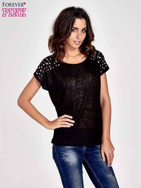Czarny t-shirt z kryształkami na rękawach