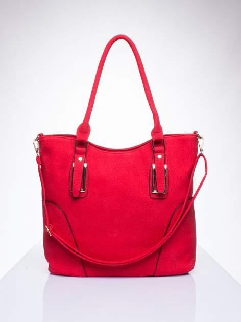 Czerwona torba shopper bag ze złotymi okuciami przy rączkach