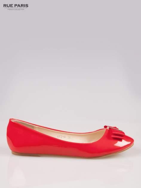 Czerwone błyszczące balerinki z kokardką