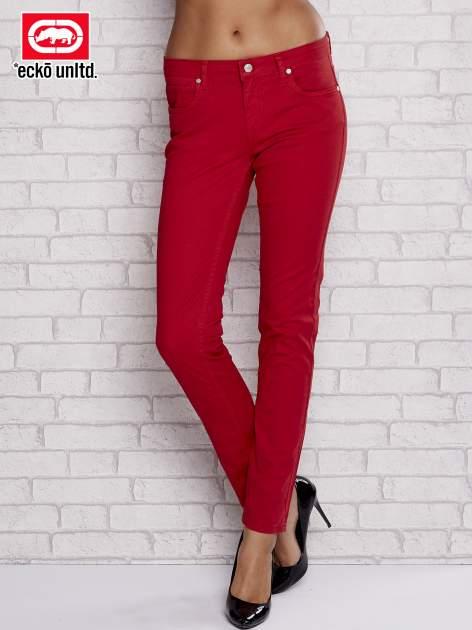 Czerwone spodnie materiałowe ze srebrnymi napami