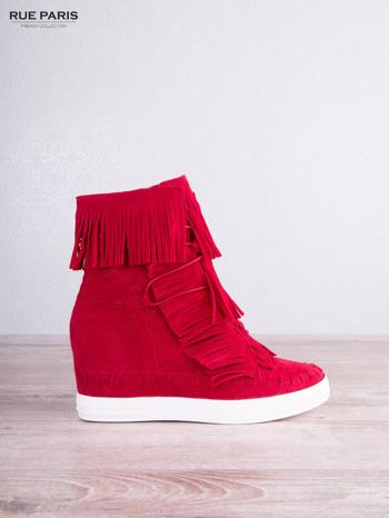 Czerwone zamszowe sneakersy z frędzelkami na koturnach