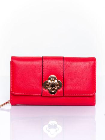 Czerwony portfel z ozdobnym zapięciem