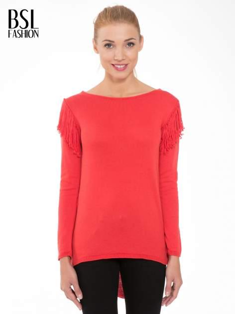 Czerwony sweter z frędzlami przy ramionach i dekoltem na plecach