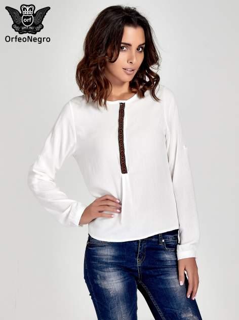 Ecru koszula ze wzorzystą wstawką w stylu etno