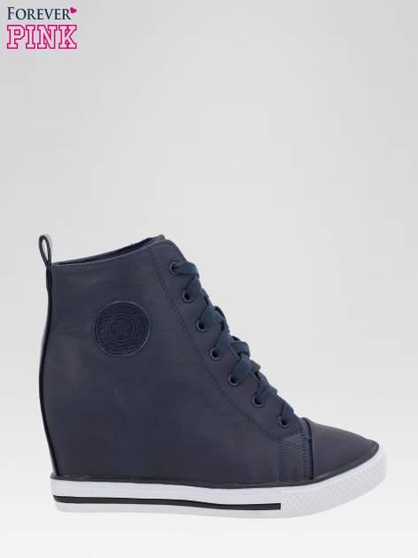 Granatowe trampki na koturnie w stylu sneakersów