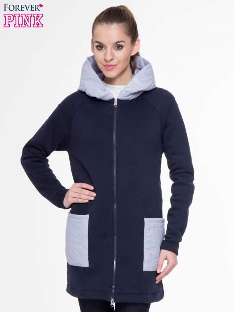 Granatowoszary dresowy płaszcz z kapturem i pikowanymi kieszeniami