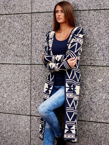 Granatowy długi sweter motywy geometryczne