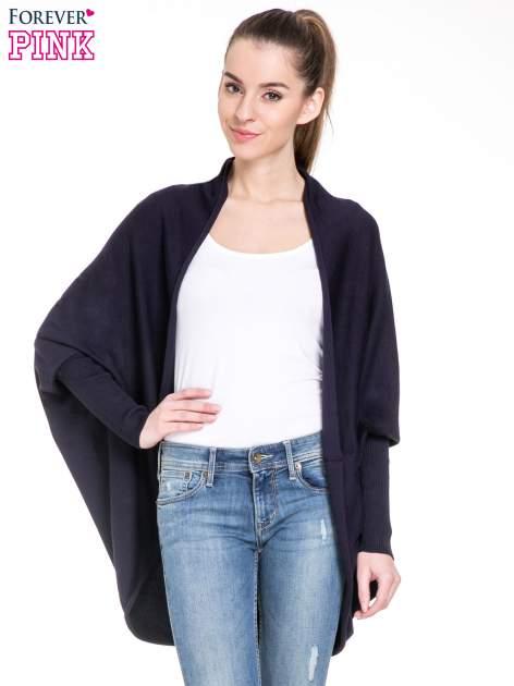Granatowy sweter narzutka z nietoperzowymi rękawami