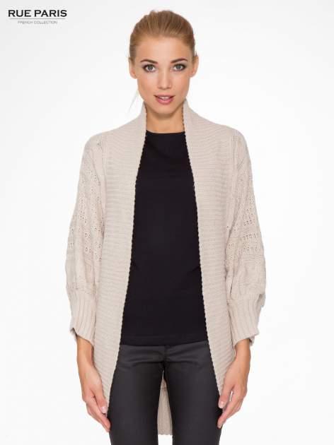Jasnobeżowy dziergany sweter typu otwarty kardigan