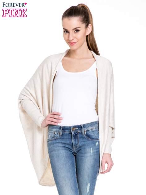 Jasnobeżowy sweter narzutka z nietoperzowymi rękawami