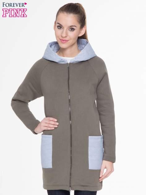 Khakiszary dresowy płaszcz z kapturem i pikowanymi kieszeniami