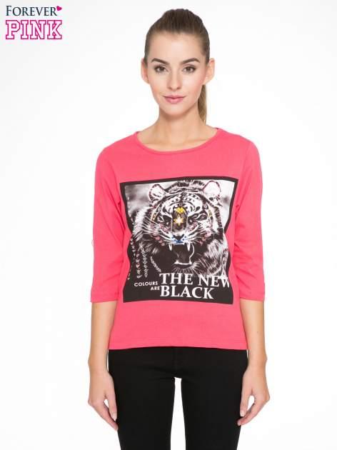Koralowa bluzka z nadrukiem tygrysa i napisem THE NEW COLOURS ARE BLACK