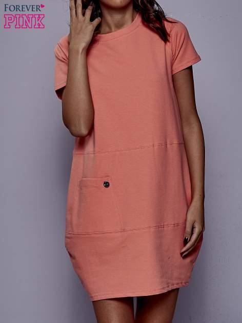 Koralowa sukienka dresowa z kieszenią z boku