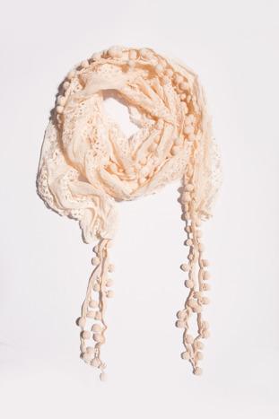 Koralowy ażurowy szalik z kulkami