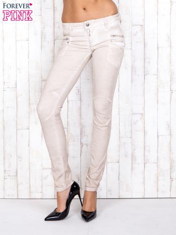 Kremowe materiałowe spodnie skinny z dekatyzacją i suwakami