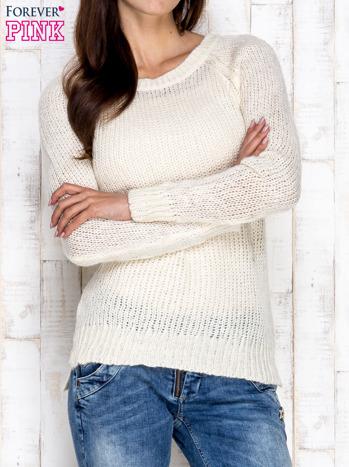 Kremowy dzianinowy sweter o szerokim splocie