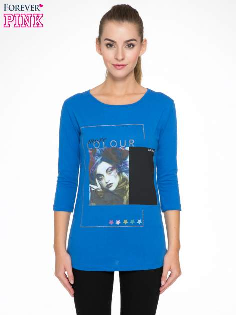 Niebieska bluzka z nadrukiem fashion i napisem MORE COLOUR