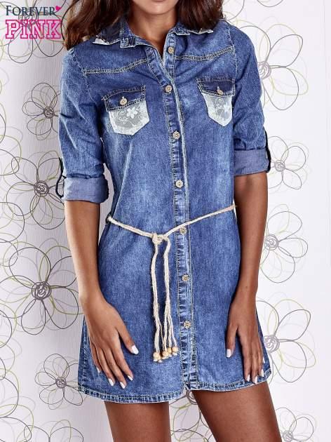 Niebieska dekatyzowana sukienka jeansowa z wiązaniem w pasie