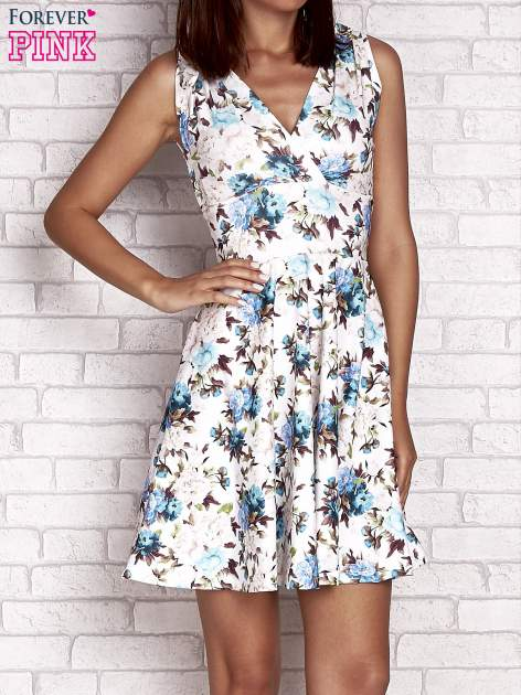 Niebieska rozkloszowana sukienka w kwiaty