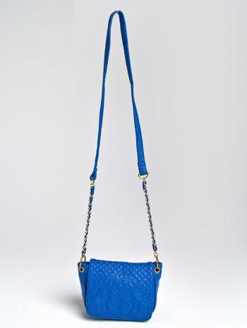 Niebieska torebka na ramię na pasku łańcuszku