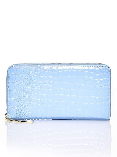 Niebieski portfel kopertówka z motywem skóry krokodyla