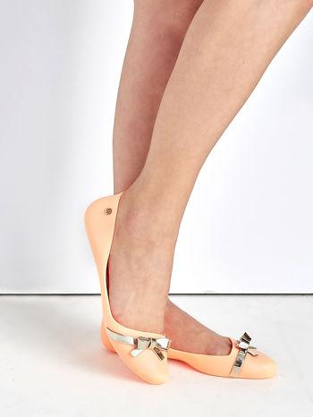 Pastelowopomarańczowe gumowe baleriny z metaliczną kokardką