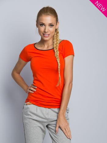 Pomarańczowy t-shirt z czarną lamówką przy dekolcie