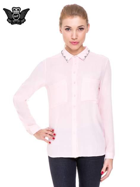 Różowa koszula z biżuteryjnym kołnierzykiem i kieszonkami