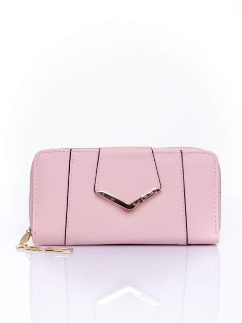 Różowy portfel ze złoconą klamrą