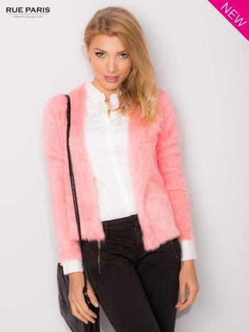 Różowy włochaty kardigan
