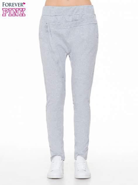 Szare spodnie dresowe typu baggy z ozdobnym zamkiem