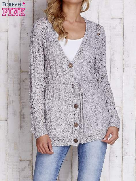 Szary sweter zapinany na guziki
