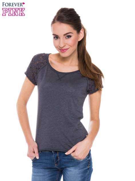 Szary t-shirt z koronkowymi plecami i rękawkami