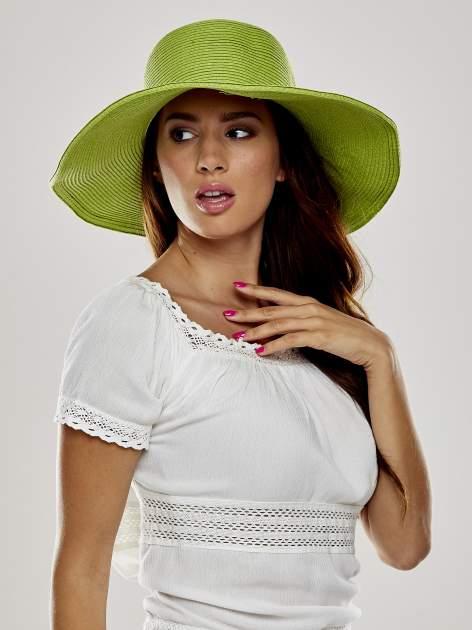 Zielony kapelusz słomiany z dużym rondem i kryształkami