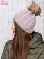 Beżowa czapka z warkoczowym splotem i futrzanym pomponem