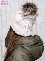 Beżowa czapka ze srebrną nitką i futrzanym pomponem