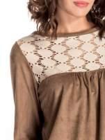 Beżowa zamszowa sukienka z gipiurą
